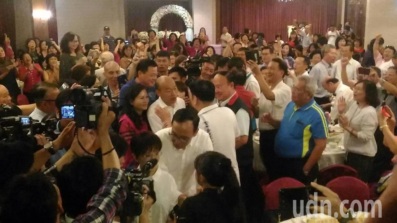 國民黨總統參選人韓國瑜參加台南市婦女會新進會員慶生會,受到熱烈歡迎。記者黃宣翰/...