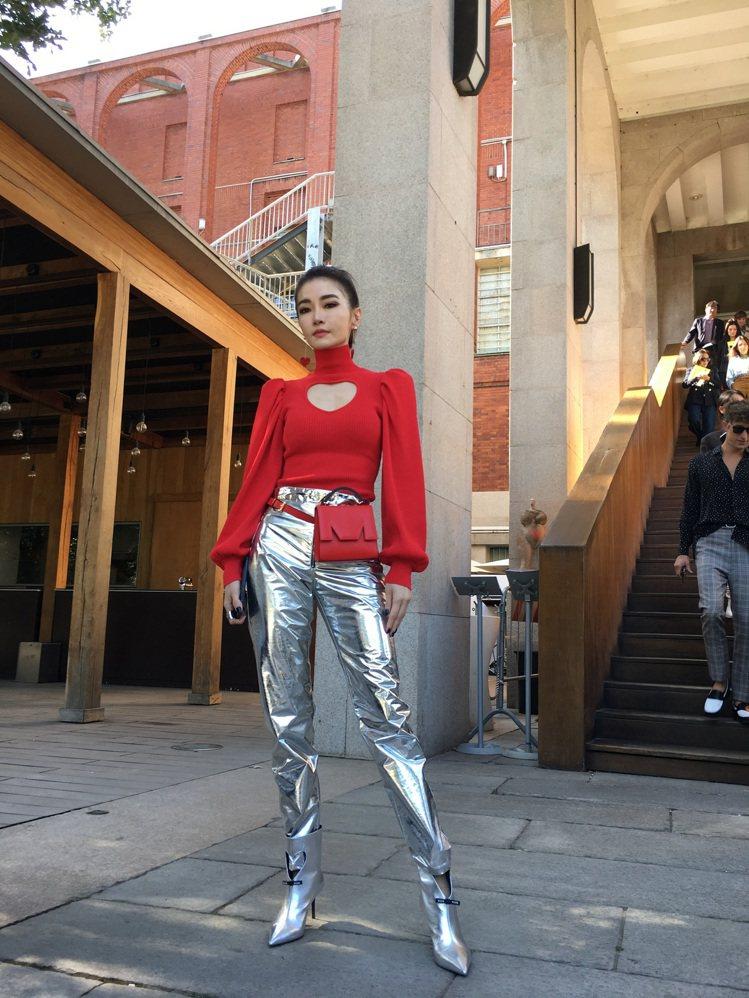 「姐姐」謝金燕欣賞MSGM秀,穿了一身紅色上衣搭金色長褲現身,胸前愛心挖空設計俏...