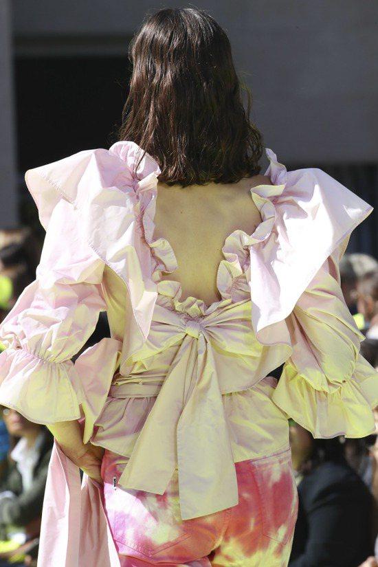 MSGM本季集合所有具備品牌識別度的元素,像是荷葉邊、蝴蝶結、透視、印花、毛呢、...