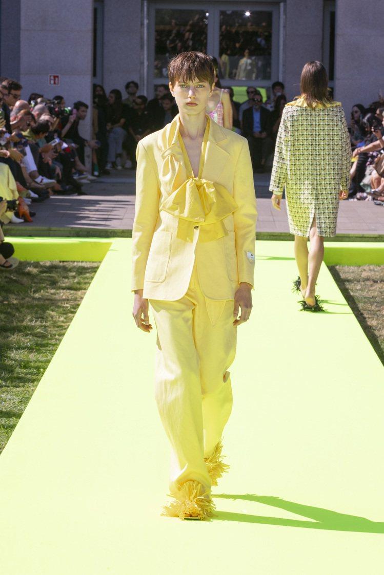 亮眼的用色像是橘、黃、桃紅、綠等為春夏注入活力,格紋毛呢大衣與西裝外套繫上大蝴蝶...
