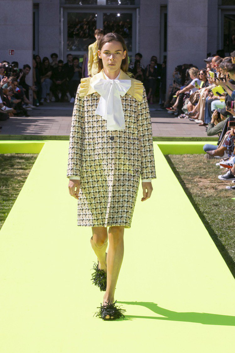 格紋毛呢大衣與西裝外套繫上大蝴蝶結裝飾,在正式與俐落之中展現出不被掩蓋的天真。圖...