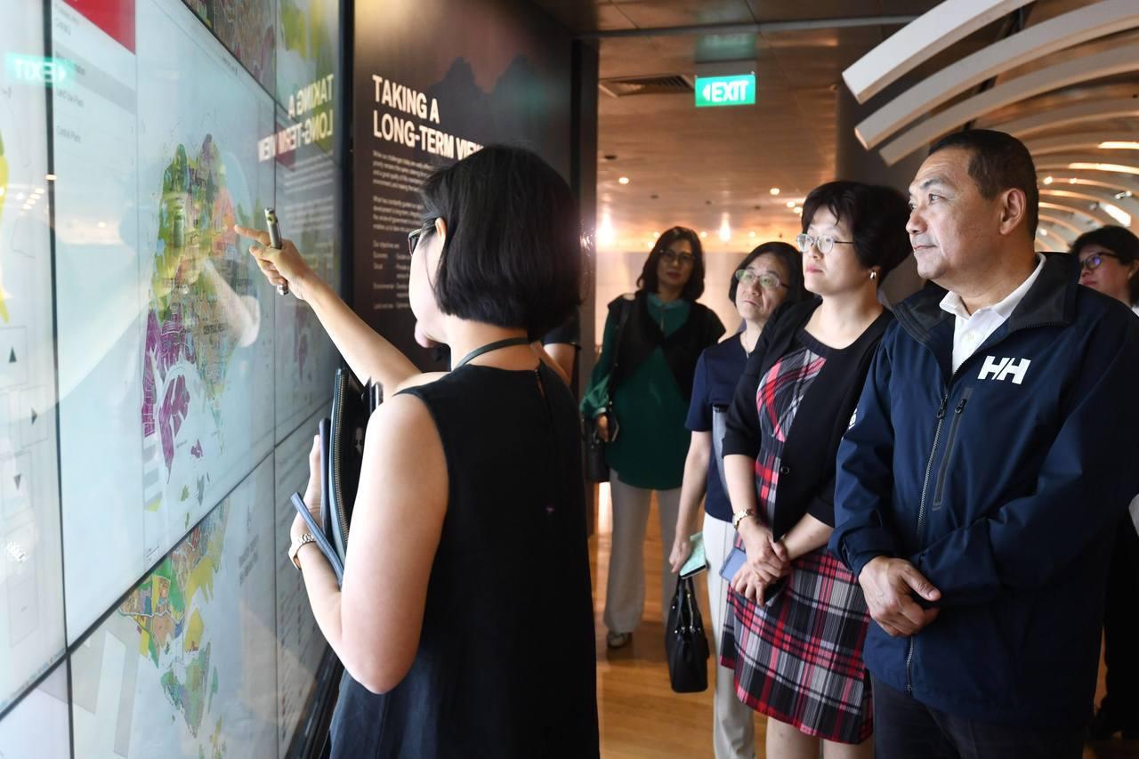 新北市長侯友宜上周率隊飛往東協三國考察,並在參觀新加坡城市展覽館。圖/新北新聞局...