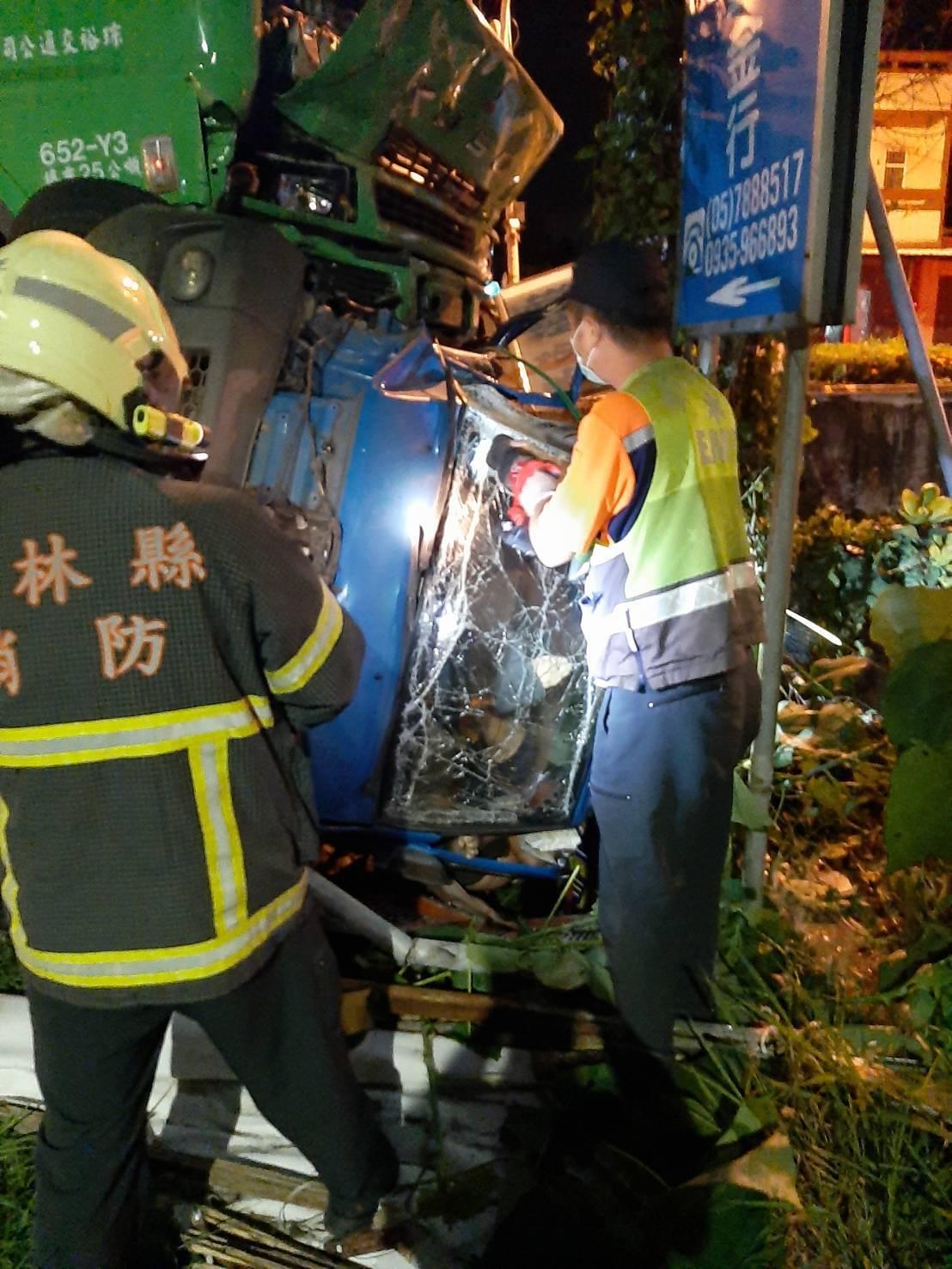 警消人員用破壞器材將受困者救出。記者李京昇/翻攝
