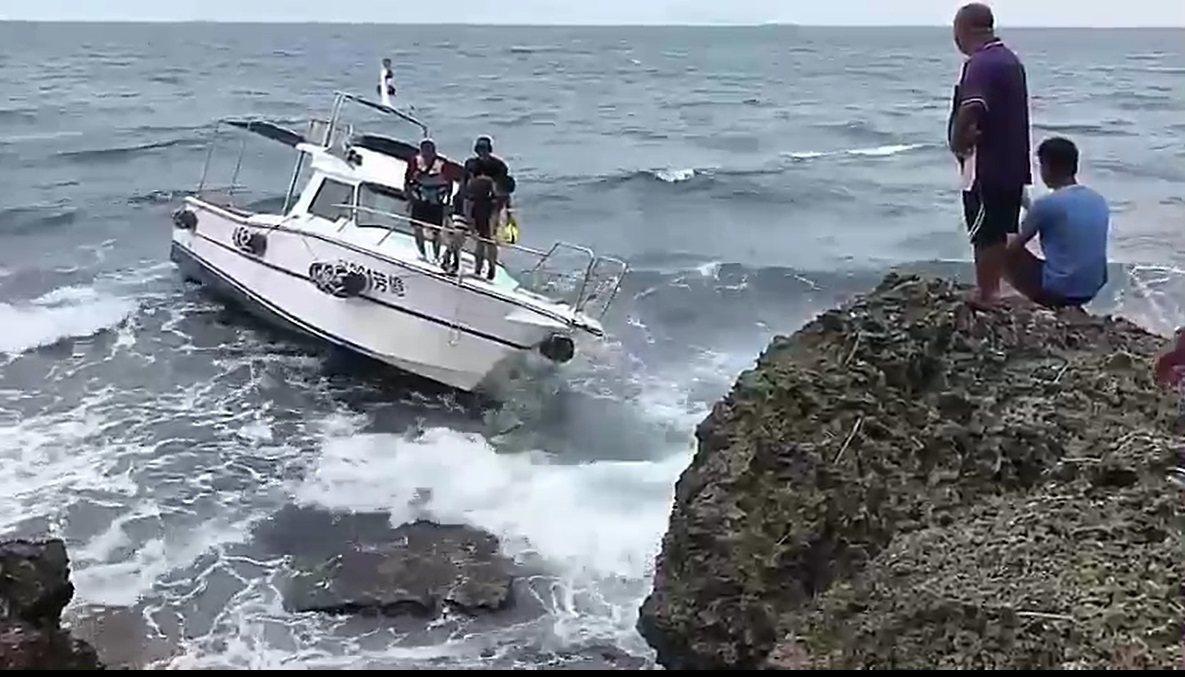 小艘遊艇今天中午在小琉球海域觸礁擱淺,海巡署緊急出動救援,八人平安脫困。記者翁禎...
