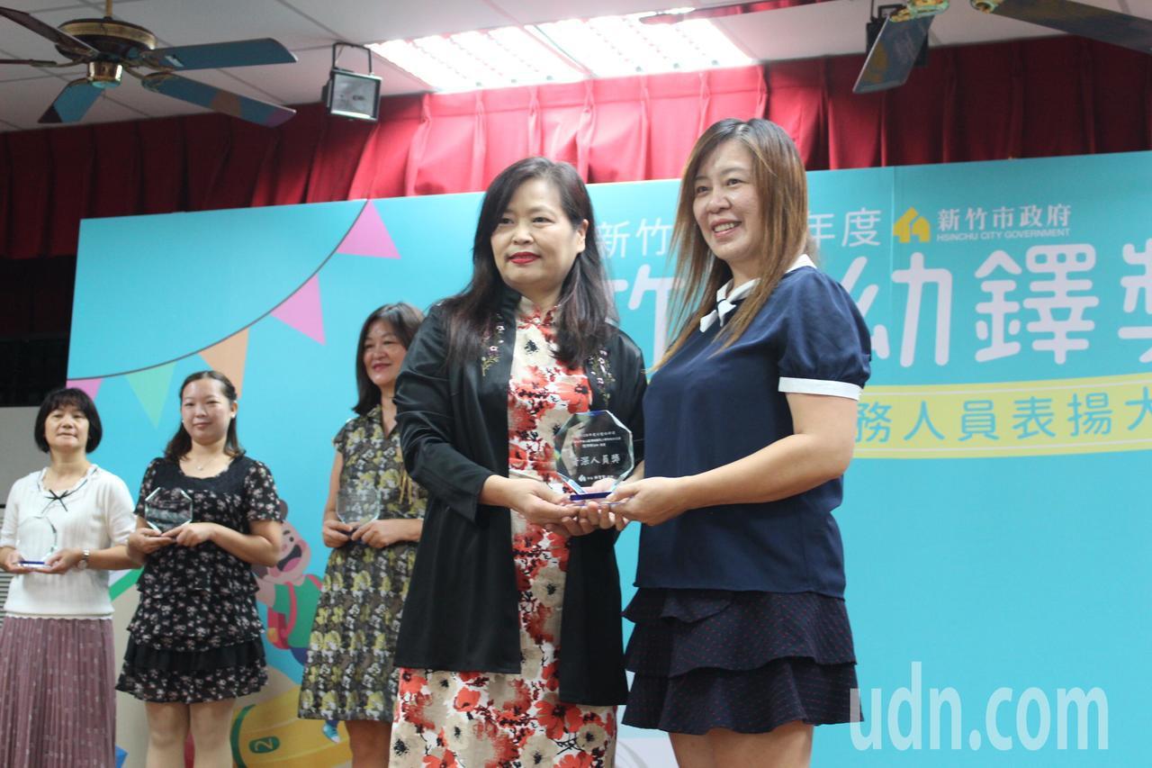 頂埔國小附幼老師陳沛琳(右)獲得資深人員獎。記者張雅婷/攝影