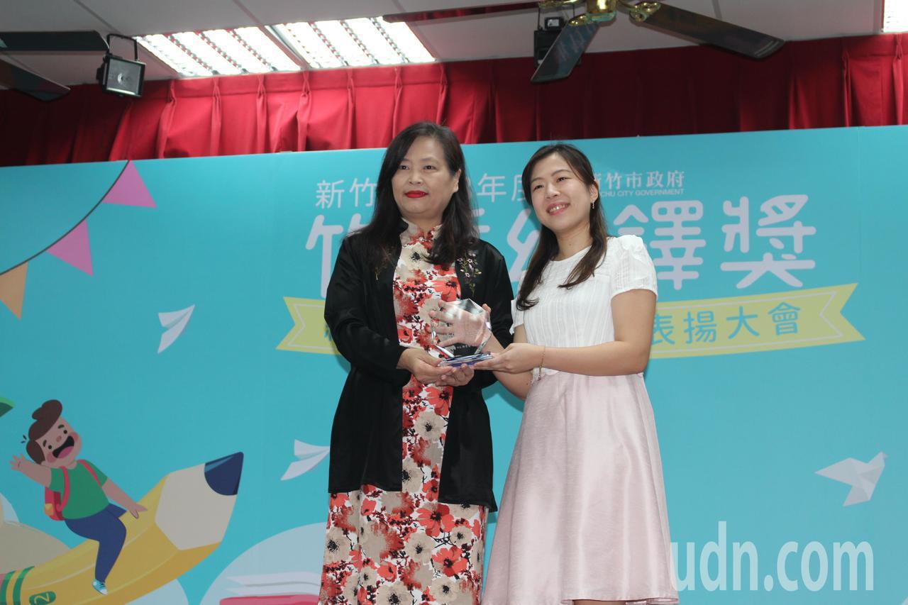大庄國小附設幼兒園主任李如瀅(右)獲得績優主任獎。記者張雅婷/攝影