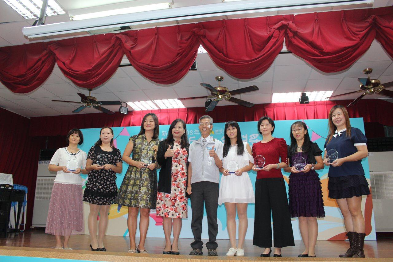 頂埔國小附幼老師陳沛琳(右一)獲得資深人員獎。記者張雅婷/攝影