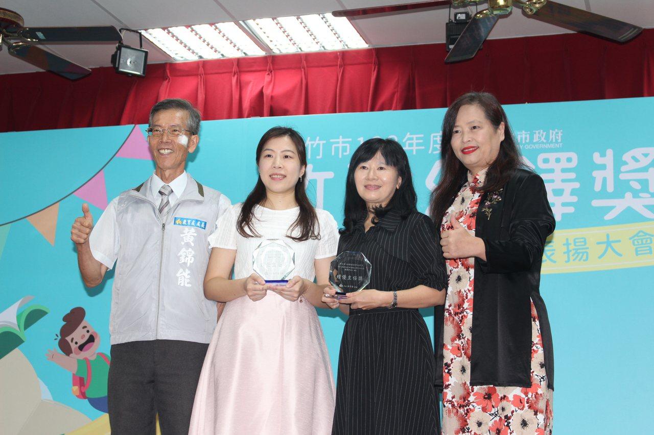 大庄國小附設幼兒園主任李如瀅(左二)獲得績優主任獎。記者張雅婷/攝影