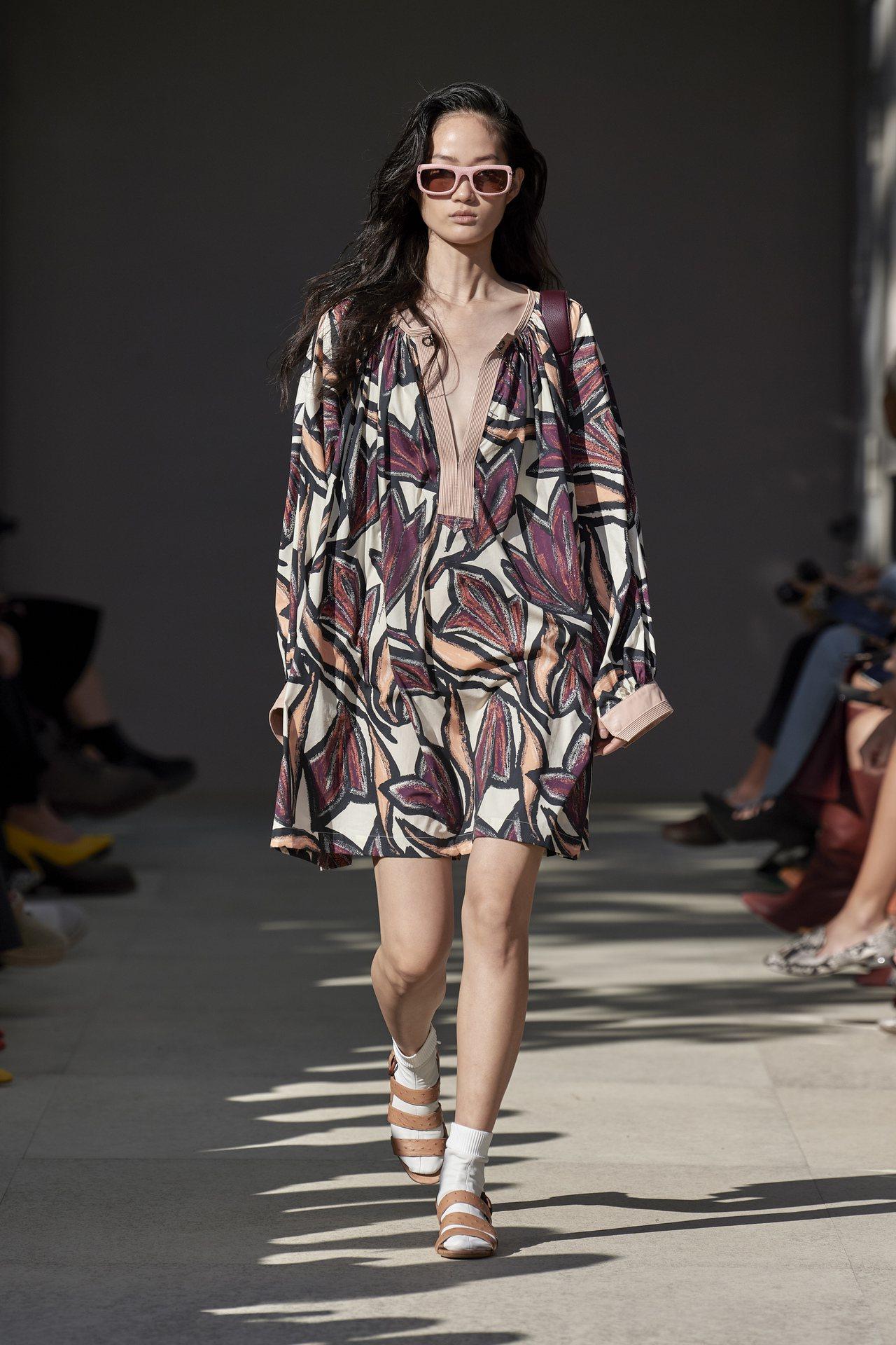 佛羅倫斯海神噴泉及大型鬱金香變成印花圖樣,躍上絲綢長裙、男式襯衫、背帶工裝褲等,...