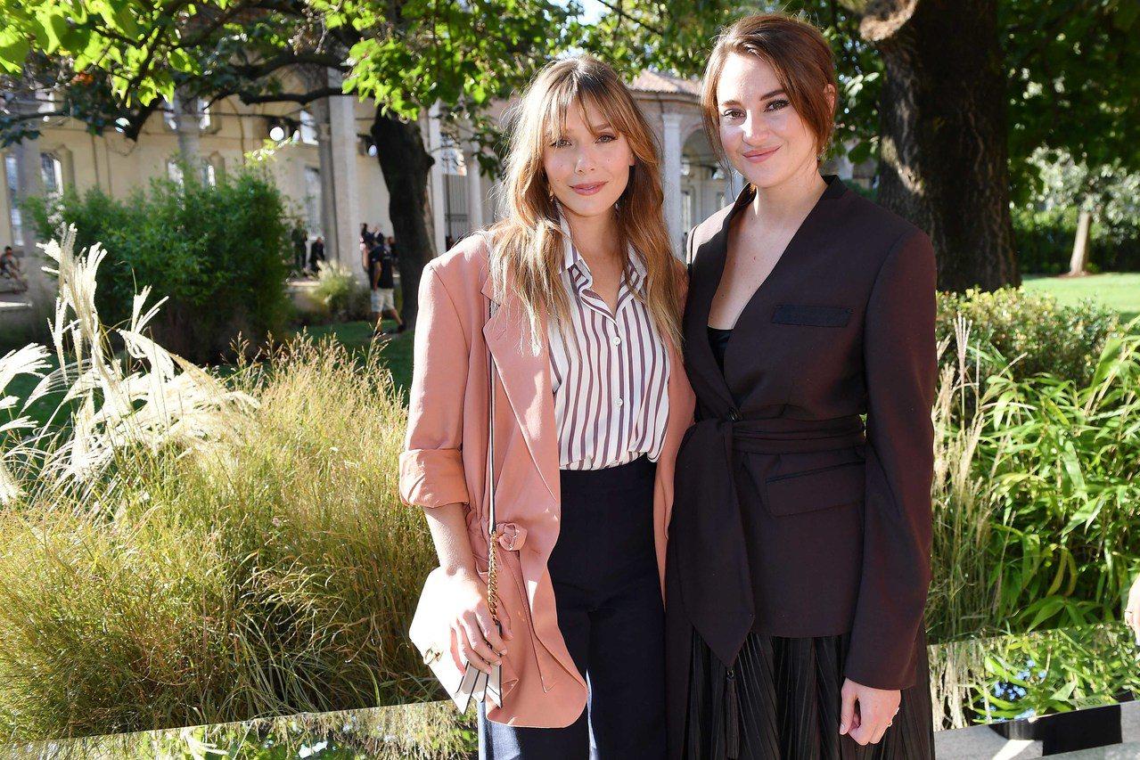 「緋紅女巫」伊莉莎白歐森(左)與雪琳伍德莉欣賞Salvatore Ferraga...
