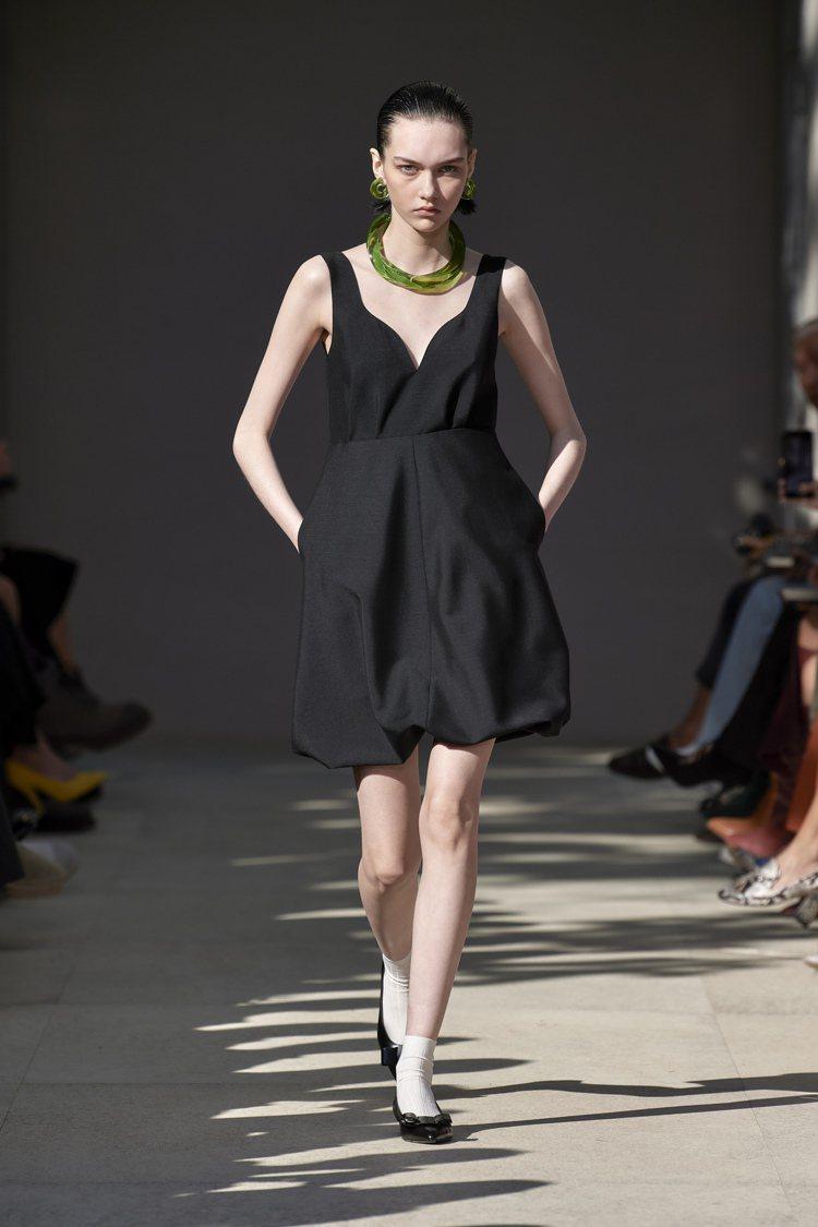束口高腰、綁腿細節、泡泡裙等,都是造形度本身就很高的單品,簡單配上透明樹脂3D列...