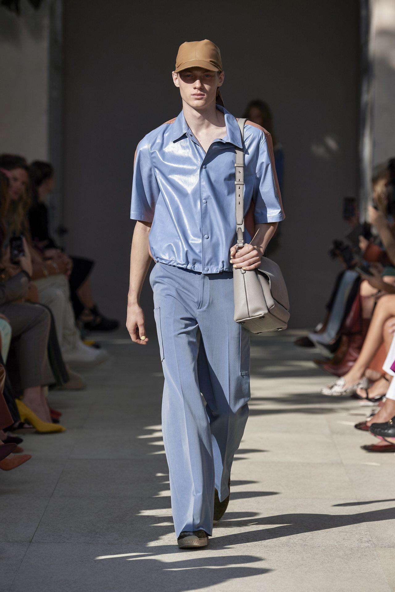 Salvatore Ferragamo本次帶來非常舒適的色彩,清新的白、綠、藍、...