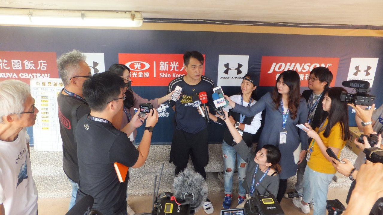 彭政閔(中)退休倒數,在桃園球場接受大批媒體採訪。記者藍宗標/攝影