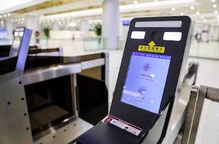 乘坐東航航班的旅客只需要通過人臉識別,就可以完成購票、值機、託運、安檢、登機等各...