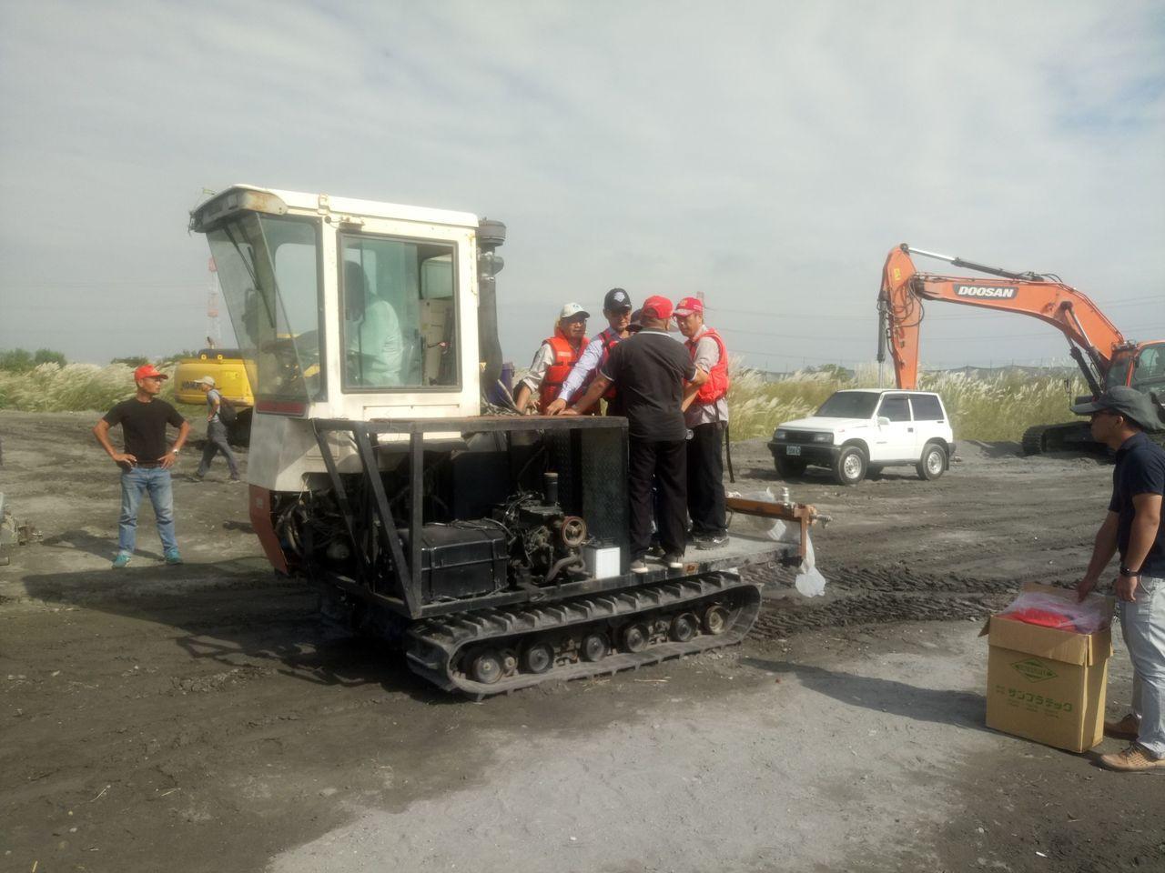 第四河川局調派人力,加緊平鋪式防塵網覆蓋,降低揚塵。圖/劉建國服務處提供