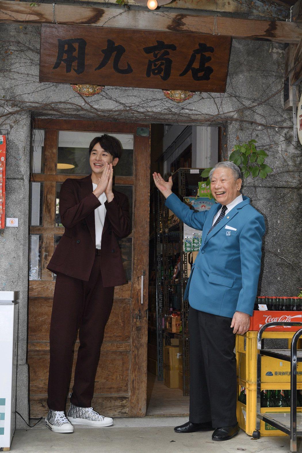 林義雄(右)與張軒睿演祖孫,一同為「用九柑仔店」復刻版快閃店開幕。圖/三立提供