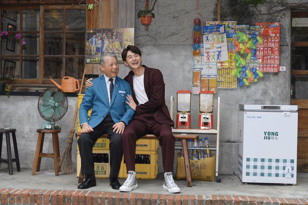 林義雄(左)與張軒睿演祖孫,一同為「用九柑仔店」復刻版快閃店開幕。圖/三立提供