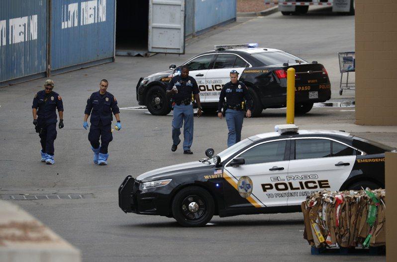 紐約時報統計,今年五月底到九月初,全美發生26起大規模槍擊案,總共126人喪生。圖為8月6日德州艾爾帕索槍擊案後,警方在現場附近巡查。美聯社