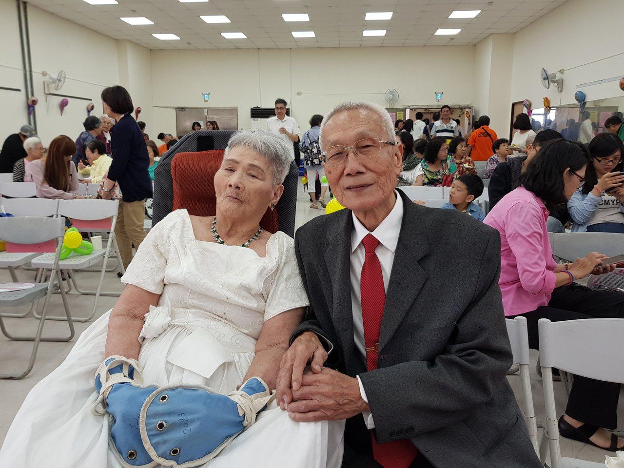 內湖區民83歲詹瑞東與同齡妻子韓水金結婚60年,但韓從未穿過婚紗,兩人昨舉行鑽石...