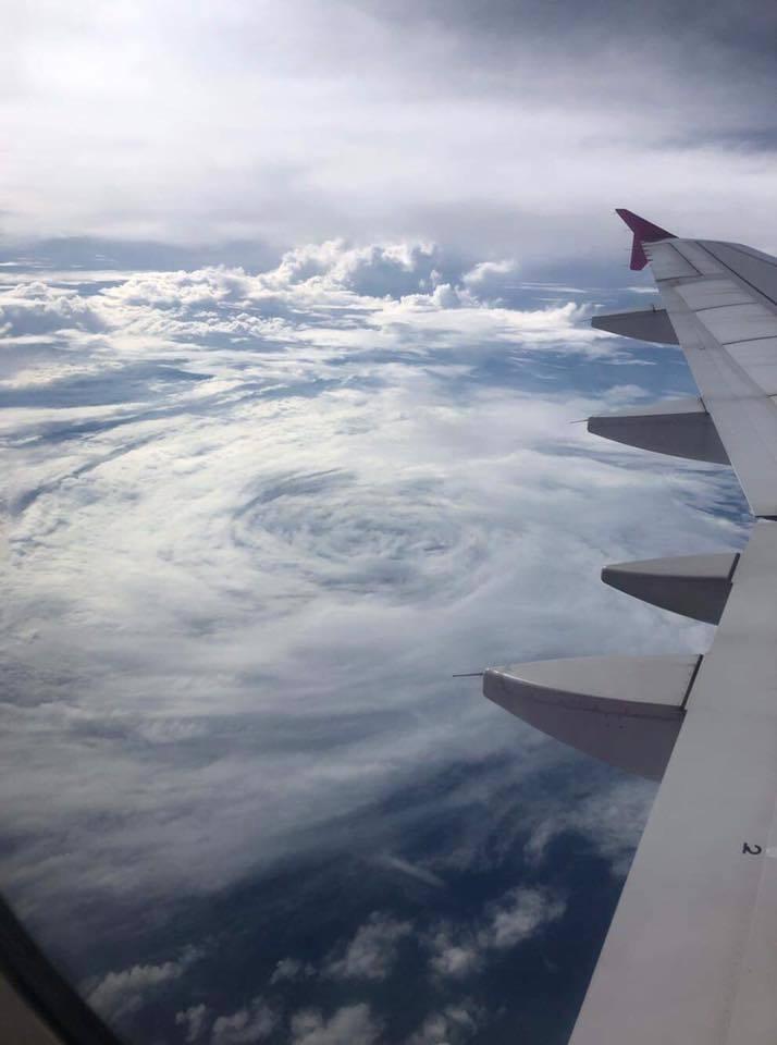 有女網友搭飛機時,拍下颱風「塔巴」的完整形狀。圖/翻攝臉書專頁「台灣颱風論壇|天...