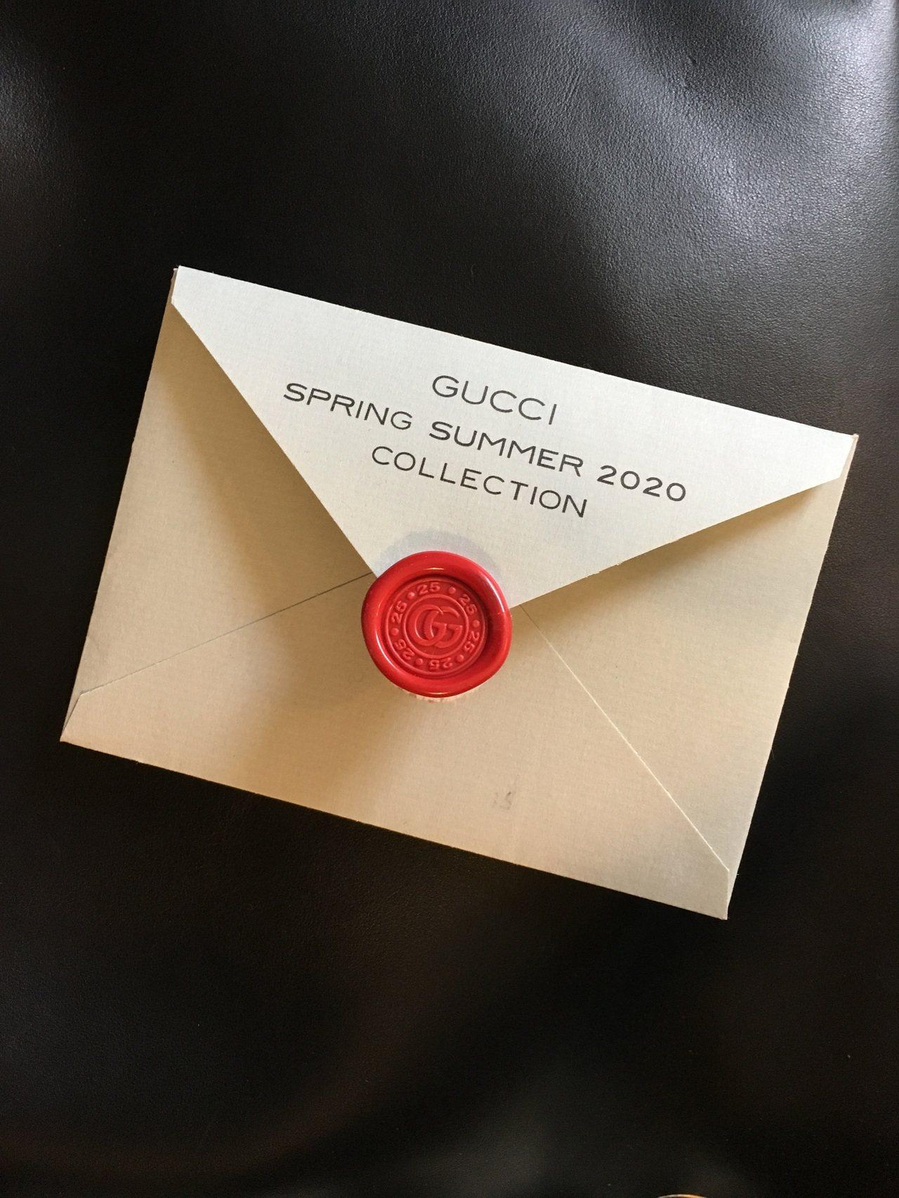 Gucci這次邀請卡改走非常簡約的路線,素淨的淡綠色信封搭紅色封蠟回歸經典,與以...