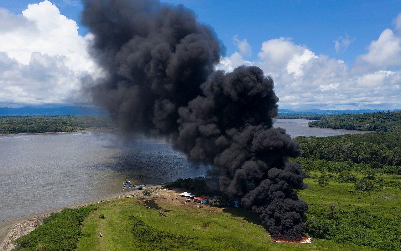 巴拿馬緝毒警察20日選在距離首都巴拿馬市約70公里的巴亞諾河河口,一口氣焚燒超過...