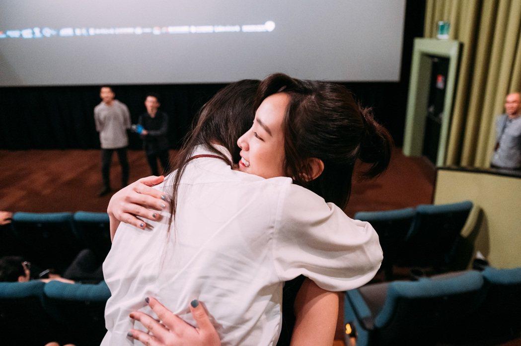 「返校」王淨與女學生熱情擁抱。圖/牽猴子提供