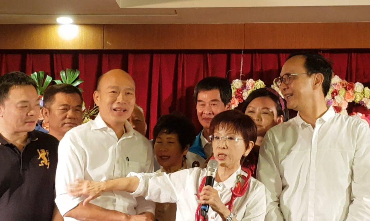 洪秀柱(中)今天在台上打了韓國瑜好幾下。記者修瑞瑩/攝影