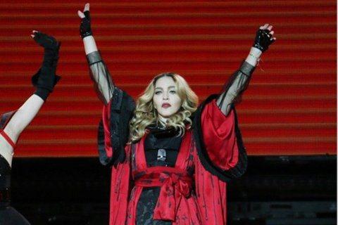 瑪丹娜的前男友眾多,就連NBA退役球星羅德曼也曾是其中之一,但戀情僅維持2個月,最近羅德曼接受電台訪問,突然冒出驚人言論,指出瑪丹娜曾說願意出錢向他借種生子,只要讓瑪丹娜懷孕,就能獲得2000萬美金...