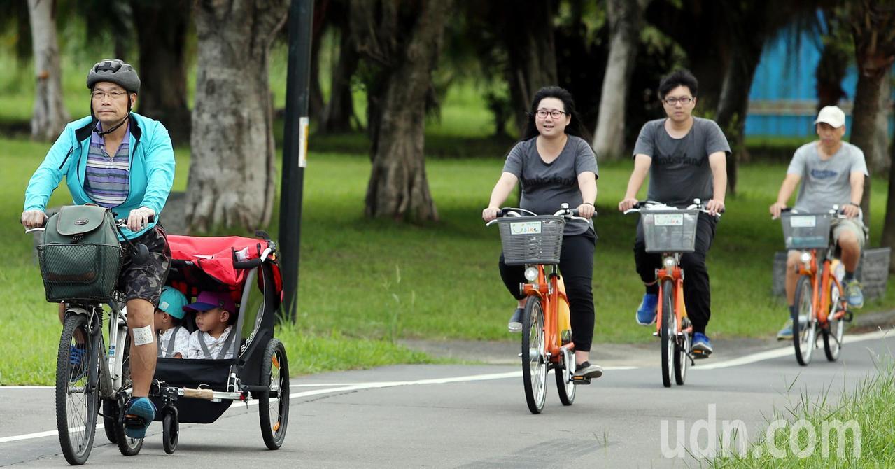 涼風徐徐,民眾載著坐在敞篷裡的兩名小娃,享受騎乘樂趣。記者侯永全/攝影