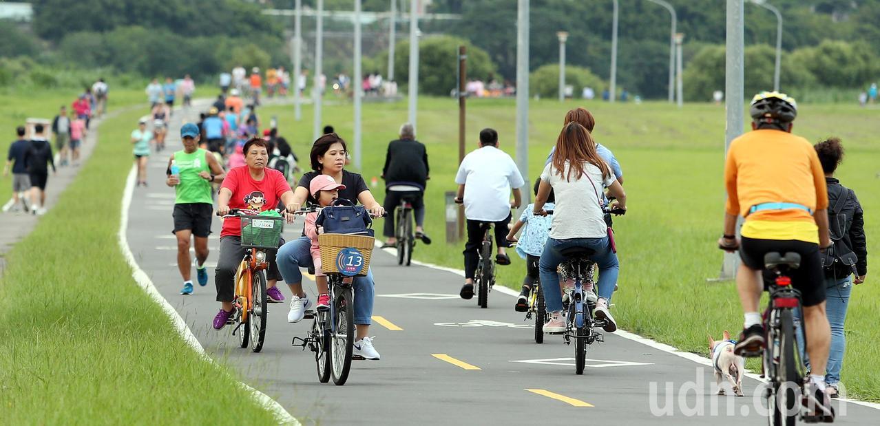 秋高氣爽的好天氣,吸引大批民眾沿著新店溪畔騎車、漫步。記者侯永全/攝影