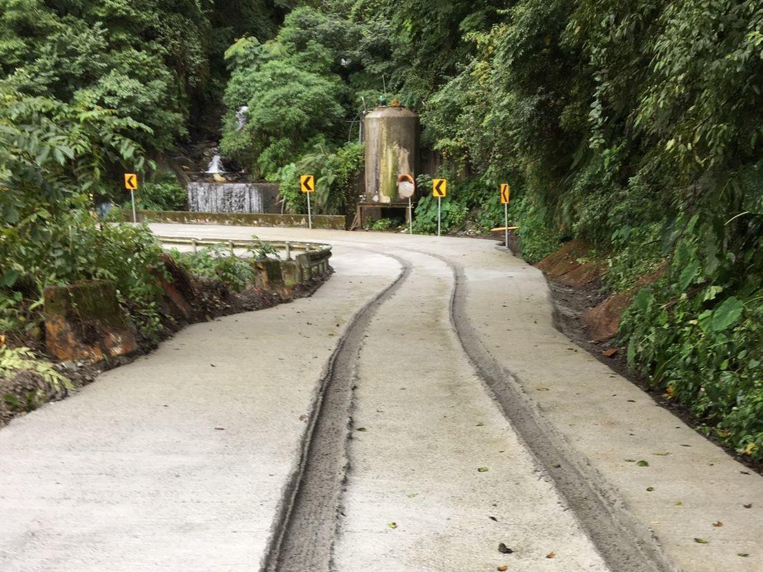 南投縣仁愛鄉投89線34K至39K瑞岩路段近期鋪設水泥路面,卻有人開車硬闖,路面...
