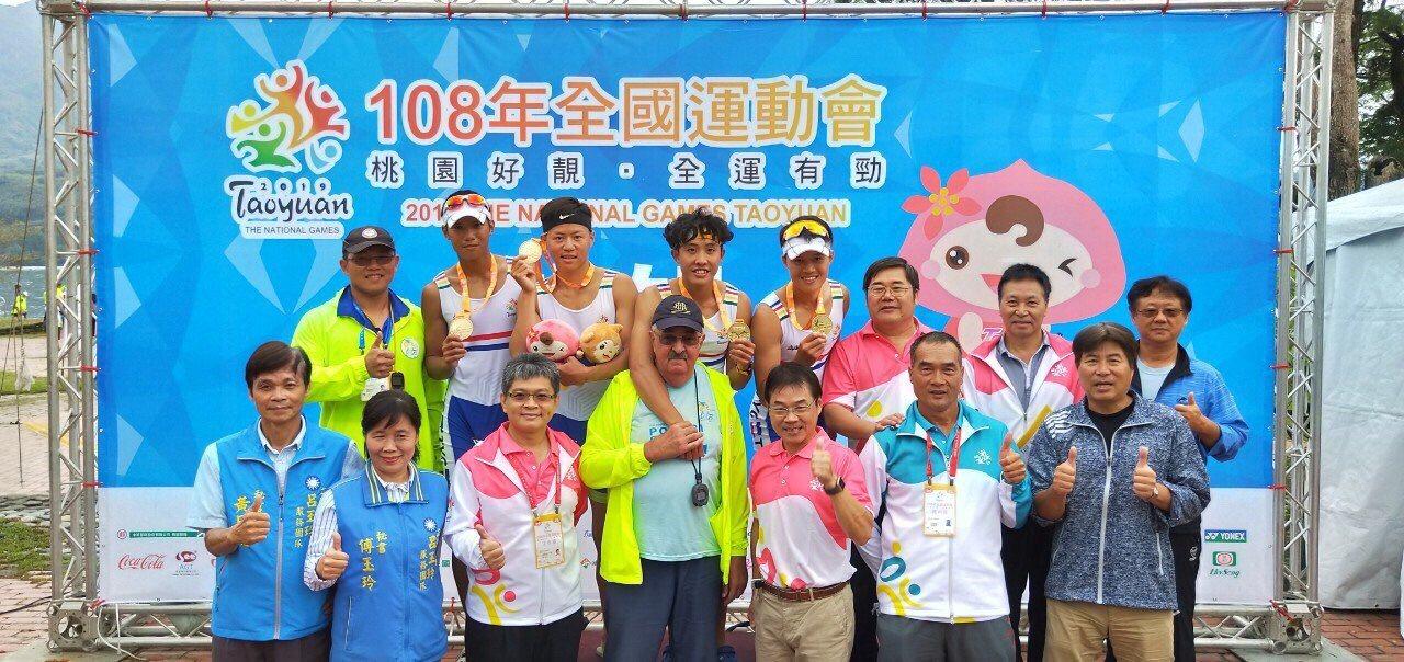 桃園划船隊在全運會奪金,加油團和選手都很開心。圖/陳昭元教練供
