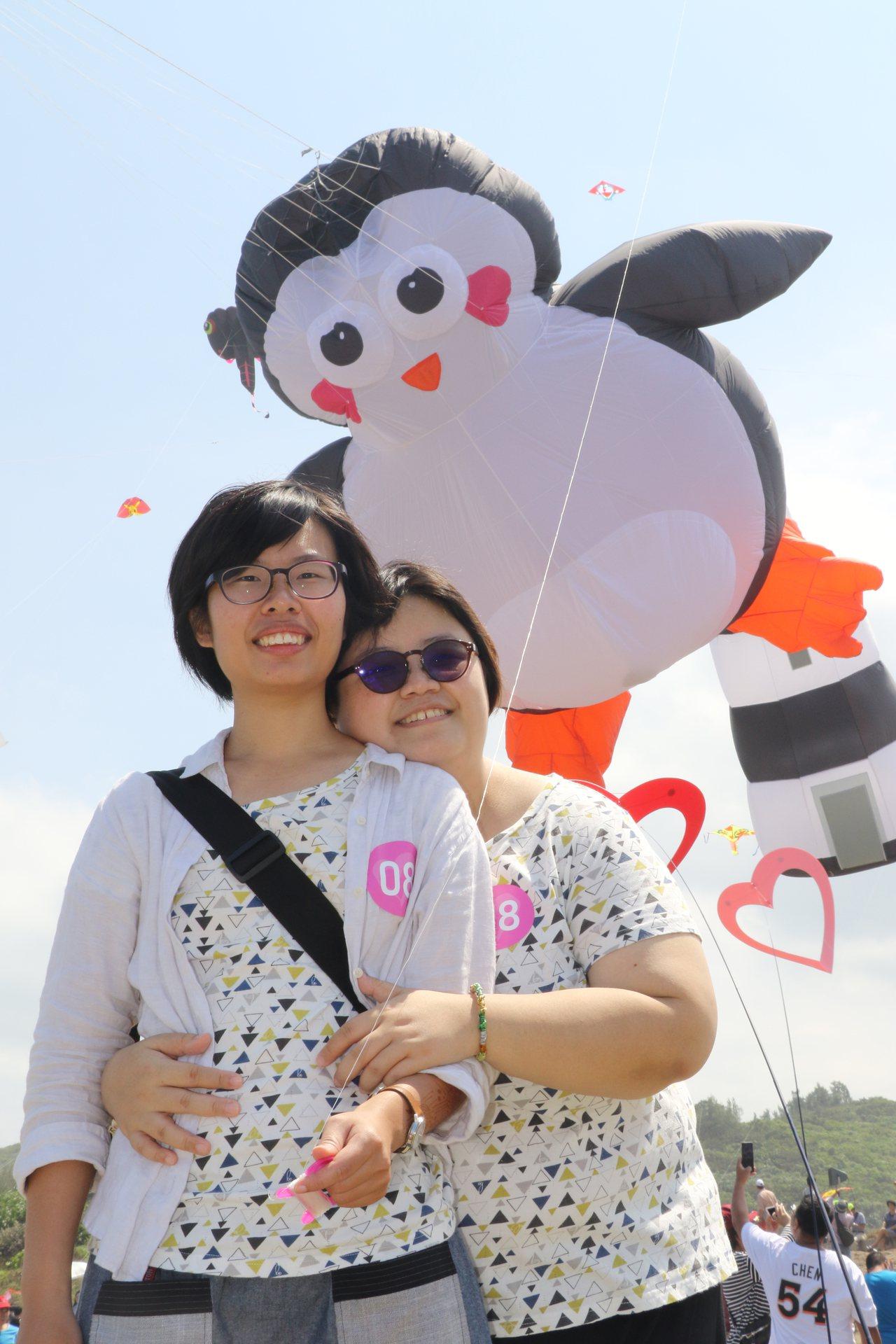沐目(右起)和小岑參加「LOVE箏愛北海岸」國際風箏節,在性平CEO企鵝立體風箏...