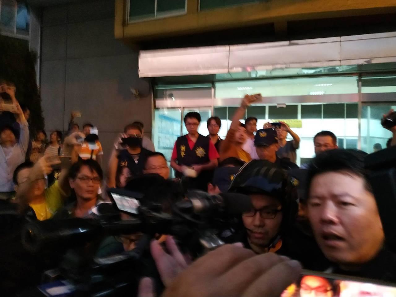 直播主連千毅經過一天警方訊問後,今傍晚移送高雄地檢署。記者邱奕能/攝影