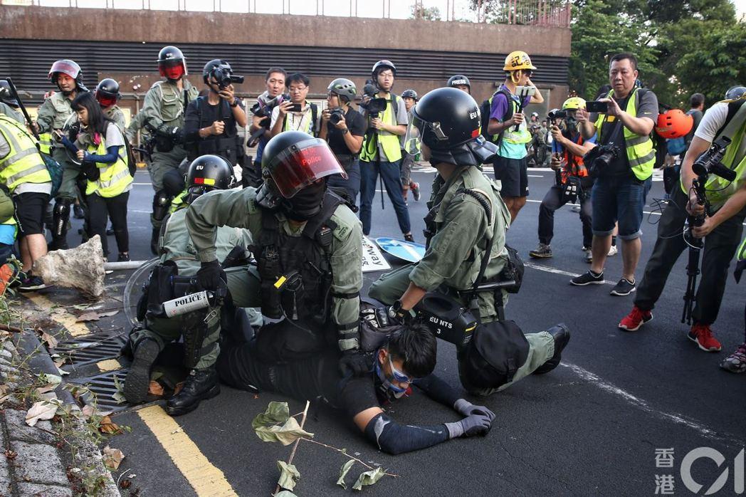 防暴警推進拘捕示威者。圖/取自香港01