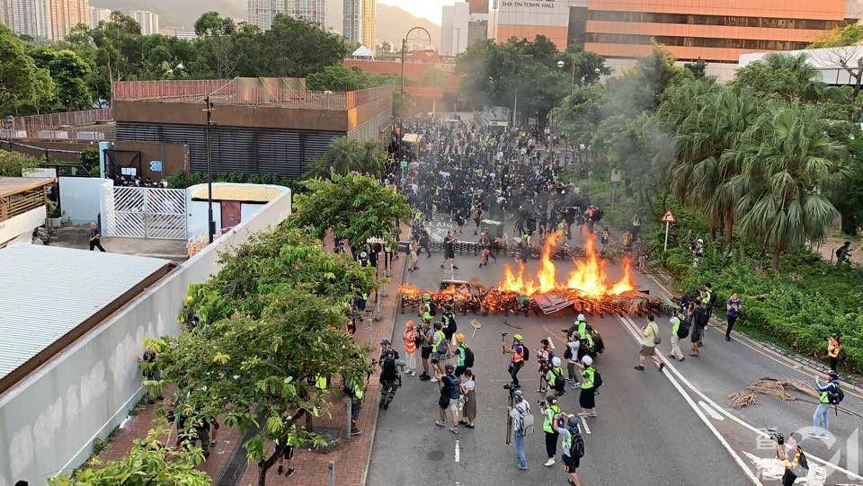 香港示威者放火燒路障。圖/取自香港01