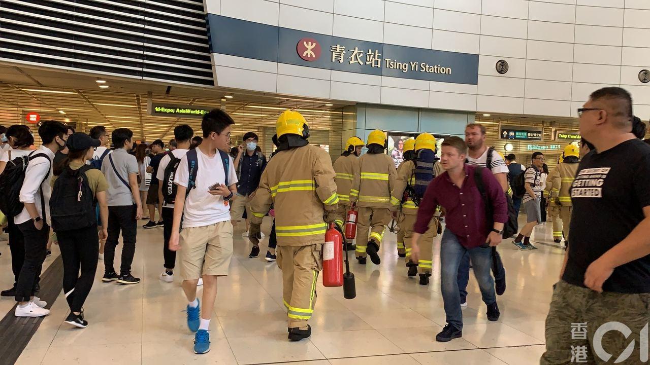 香港青衣站有消防員到現場。圖/取自香港01