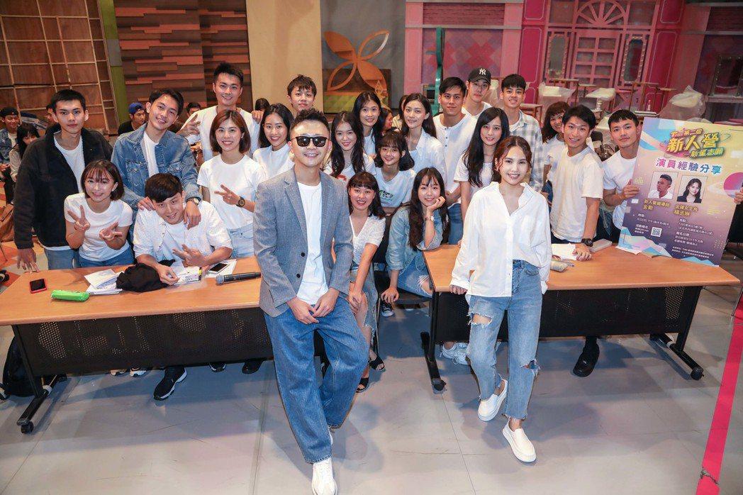 楊丞琳(前排右起)、總導師金勤與所有學員合照。圖/TVBS提供