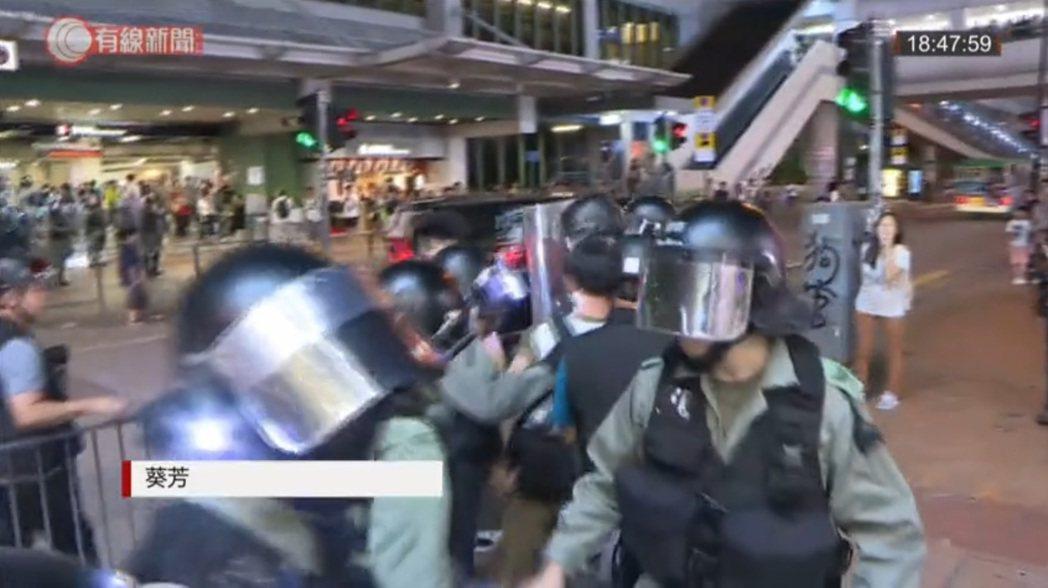 葵芳有防暴警察駐守。圖/取自香港有線新聞截圖。