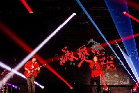 蕭秉治個人巡演「凡人」7月起跑,歷經台北、北京、上海、高雄、台中等城市之後,21晚間在台中畫下完美句點。對他而言,歌迷合唱是迴盪在他心中的不凡魅力,而為感謝粉絲一路來的支持,他開心宣布將推出「凡人」...