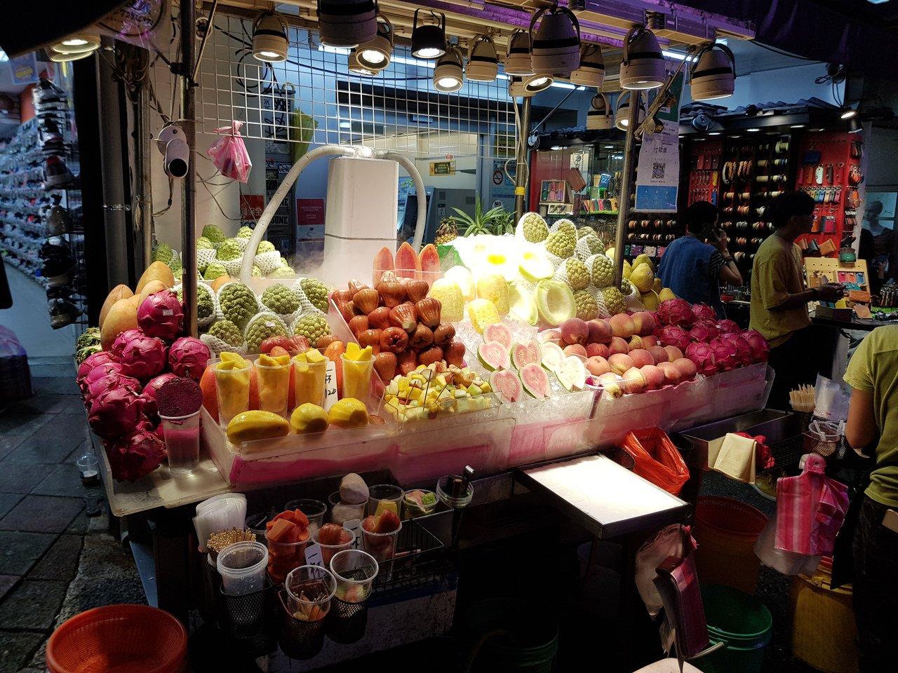 士林夜市昨又傳出現切水果攤坑殺觀光客的情況。記者翁浩然/攝影