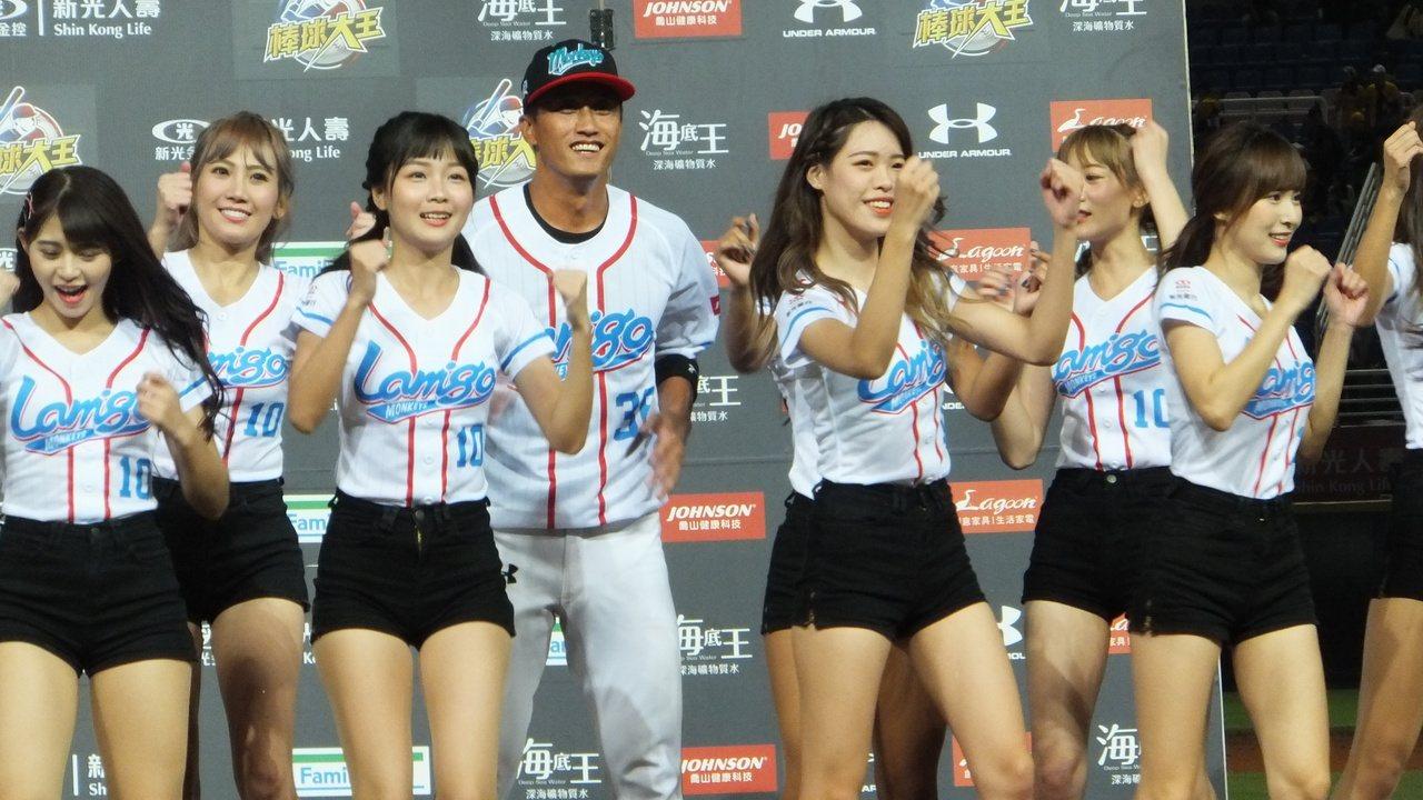余德龍(左四)成為猿隊贏球英雄,賽後笑得超開心。記者藍宗標/攝影