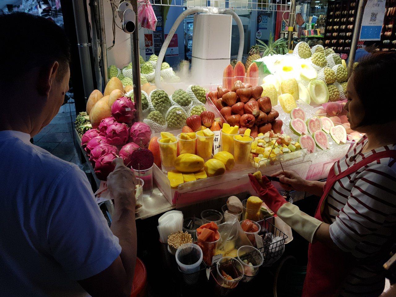 士林夜市昨又傳有現切水果攤坑殺觀光客的情況,宅神朱學恒今晚在臉書則說,若台灣民眾...