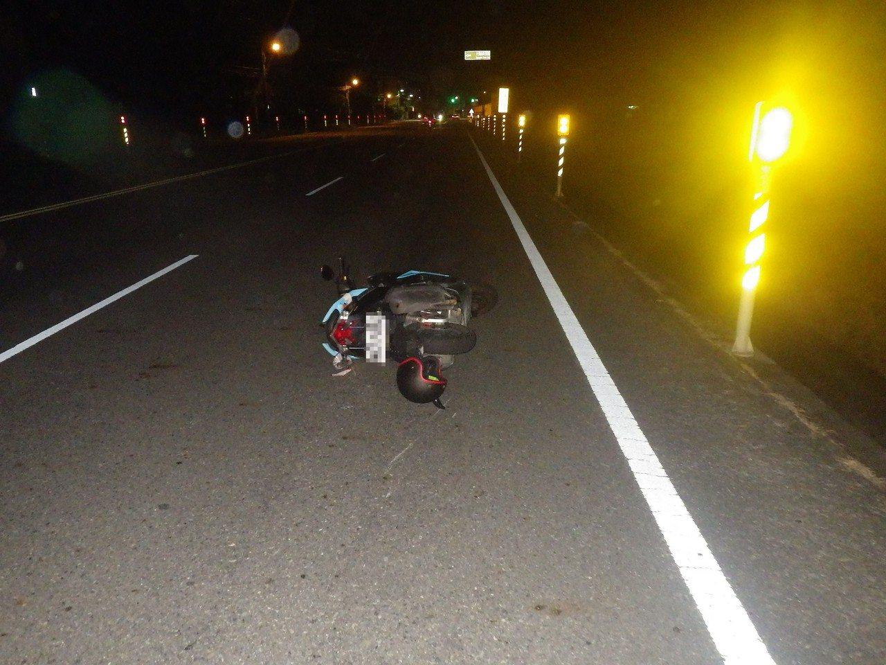 高市一名男機車騎士夜晚自摔,地面上沒有任何障礙物。記者徐白櫻/翻攝