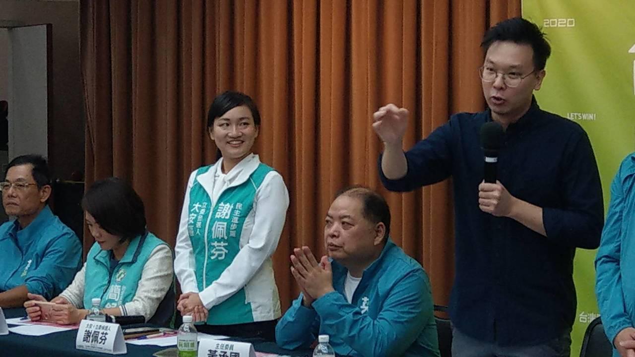「學霸」參選人謝佩芬首度握手會,林飛帆當母雞。記者楊正海/攝影