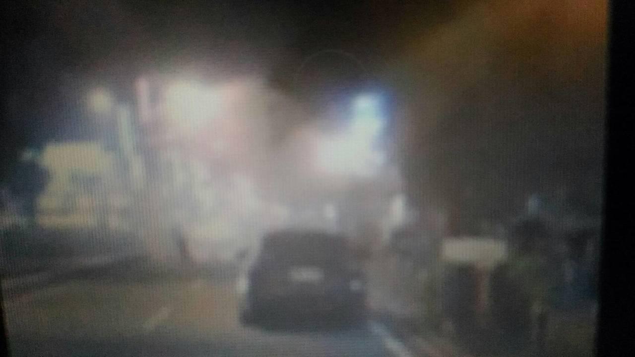 台南市中西區中正路、海安路口一處民宅戶外樑柱電線,今晚8點37分突然起火,不斷冒...