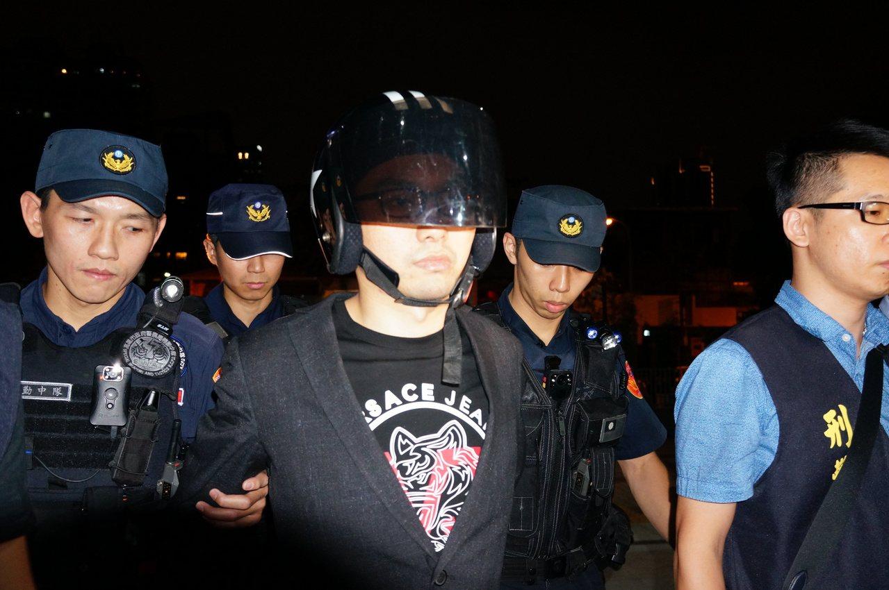 直播主連千毅(左三)今晚遭檢察官聲請羈押。記者林伯驊/攝影