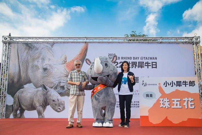六福旅遊集團董事長莊豐如(右)與莊福文基金會董事長莊秀石(左)一同揭示犀牛寶寶名...