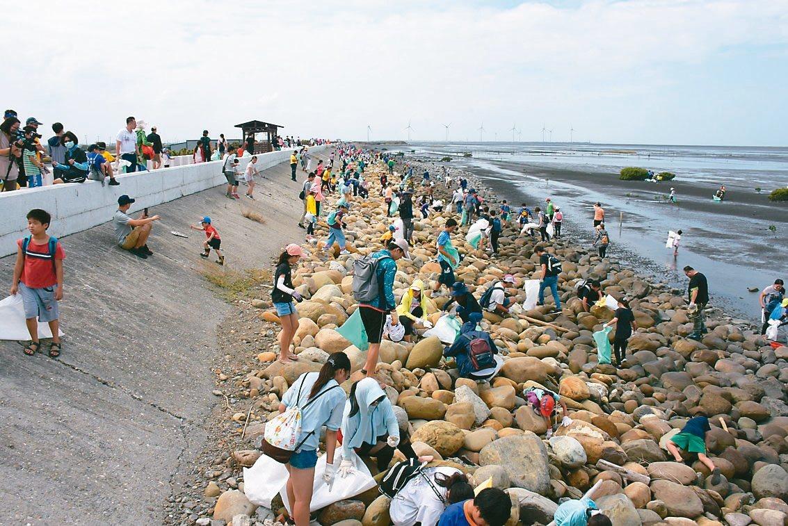 民間團體昨天號召6千多名志工到彰化西海岸淨灘。 記者林敬家/攝影